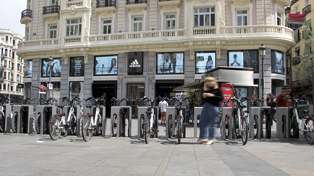 LED DREAM - Adidas Transforms with LED screens the windows of its Gran Vía shop