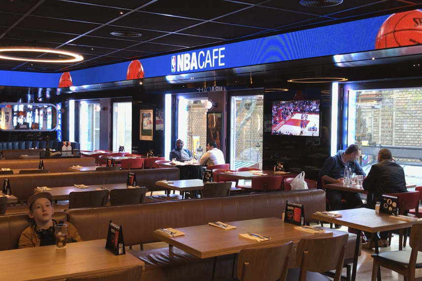 Pantalla LED de interior, NBA Café (Barcelona)